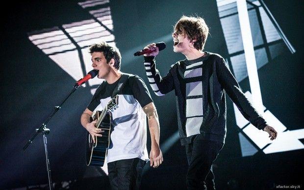 Gli Urban Strangers cantano Cupid's Chokehold di Gym Class Heroes nel Primo Live Show di X Factor 9.