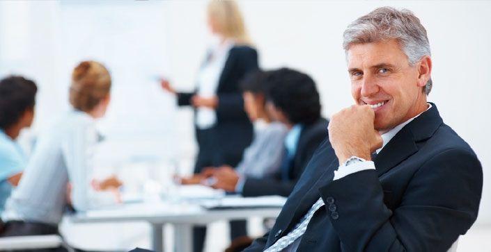 No se tome todo muy en serio   Los líderes exitosos convierten sus organizaciones en lugares divertidos para trabajar.  En vez de tener  empleados que buscan excusas para presentarse tarde o aducir que están enfermos, las organizaciones que trabajen más y se diviertan más, terminarán con una fuerza laboral leal y energizada.