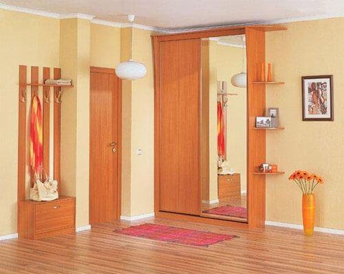 Сочетание желтого и оранжевого цвета в оформлении прихожей