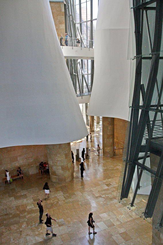 #Museu #Guggenheim #Bilbao, na cidade basca de Bilbao – Espanha, construído para revitalizar Bilbao. Foi projectado pelo arquitecto Frank Gehry
