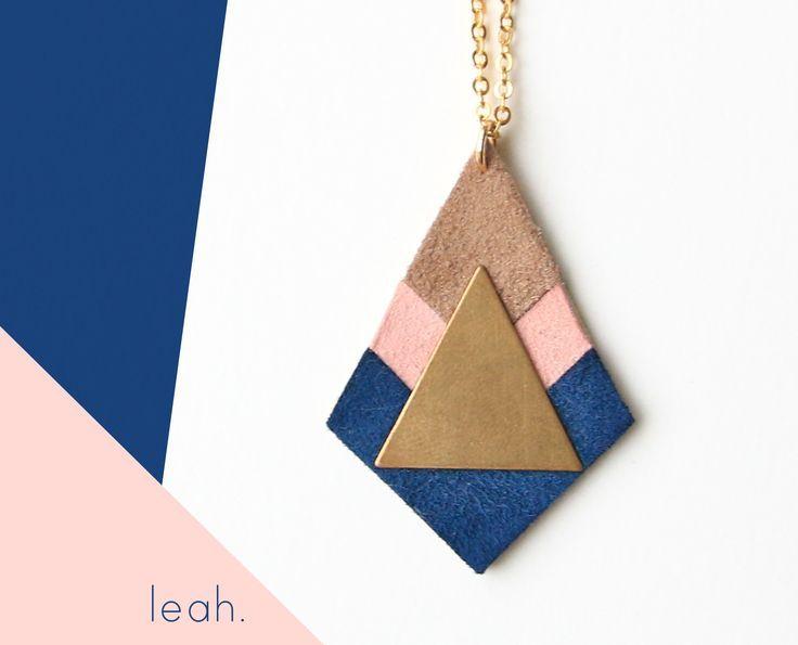 ⋆ Nouveau ⋆ COLLIER LEAH   cuir suédé bleu, taupe et rose pâle, plaqué or : Collier par c-est-bien-fait-pour-l