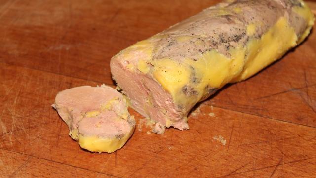 """Voici la recette du foie gras maison au """"torchon"""". Torchon entre guillemets car c'est une recette simplifiée et délicieuse faite avec du film alimentaire ! Attention la recette se fait sur plusieurs jours."""
