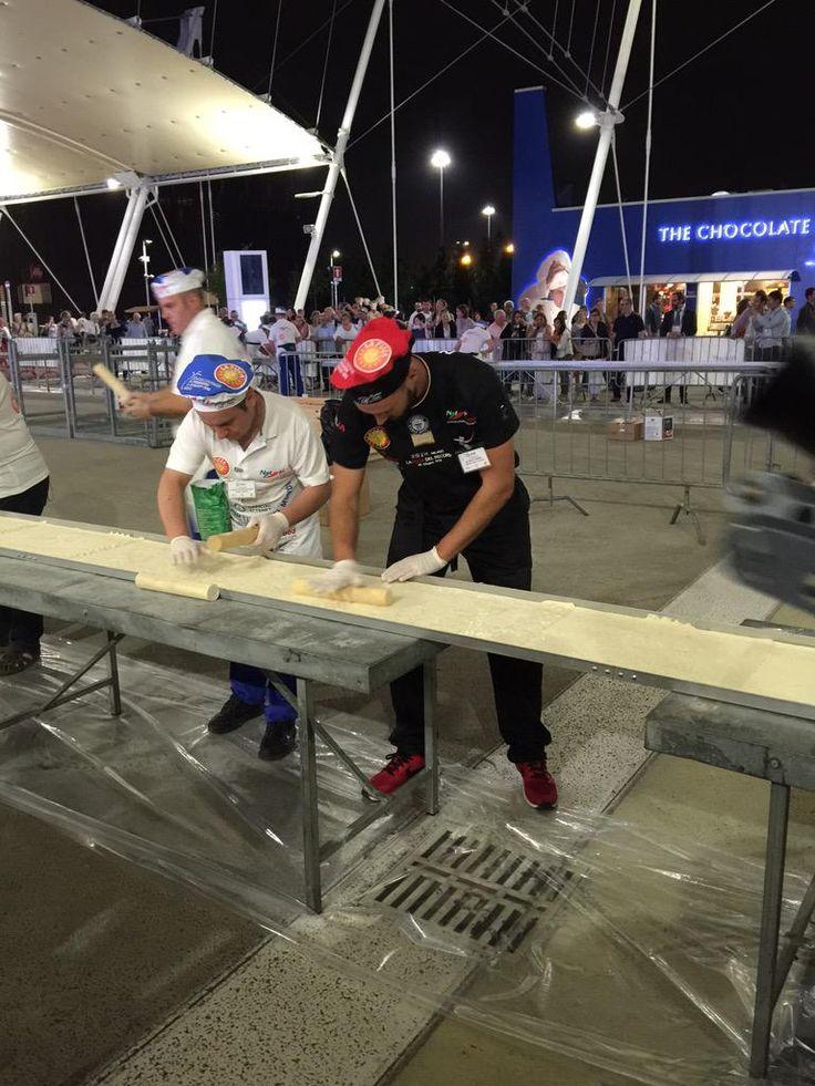 #pizza più lunga del mondo? A #Expo2015Milano c'è! @Expo2015Milano @mlDallagiovanna @tweetIikepizza @NewsExpoMi2015