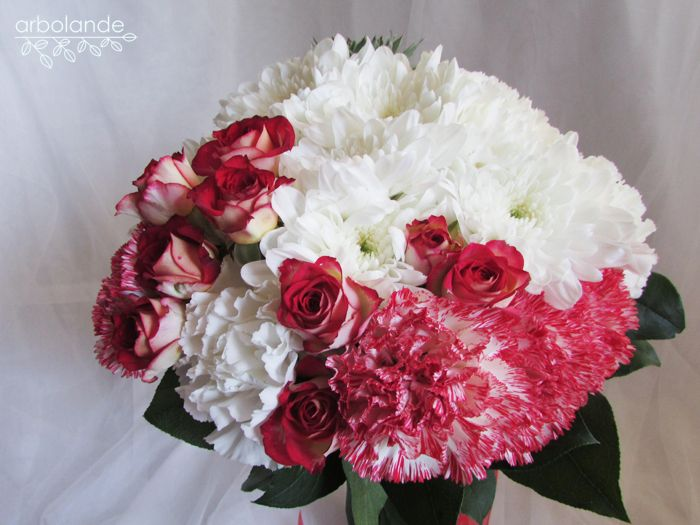 Ramo de novia rojo y blanco, con claveles, rosas de pitiminí y crisantemos :: Red and white wedding bouquet with carnations, spray roses and mums