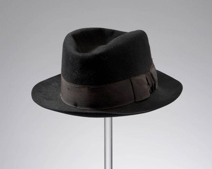 vissershoed, Spakenburg, vermoedelijk van Engelse makelij, voor 1948 In de loop van de twintigste eeuw gingen steeds meer mannen algemene modehoeden en -petten dragen bij hun streekgebonden kleding. Deze hoed is van het merk 'Suffex' en vermoedelijk in Engeland gemaakt. #Utrecht #Spakenburg