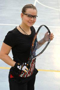 Cristina Amaya Cassino:  cristina_amaya_new  Licenciada en educación infantil, jugadora de squash en sus primeros años de carrera deportiva y ahora la mejor colombiana en el racquetbol. En este úlimo ocupa hoy por hoy la octava casilla a nivel mundial y es una de las candidatas a pelear la medalla con la mejor del mundo,