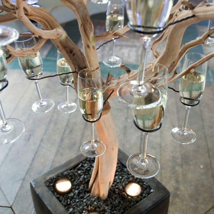 een bijzondere maar leuke manier om de champagne/wijn neer te zetten