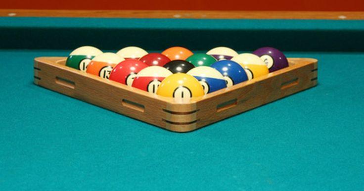 Como encaixar corretamente no triângulo as bolas no jogo bola 8. O jogo de bola oito é o mais popular e clássico dos jogos de bilhar. O jogo usa todas as 15 bolas do conjunto padrão de bolas de bilhar. Neste jogo de duas pessoas, um jogador agrupa as bolas em uma forma triangular em um lado da mesa de sinuca e o outro jogador acerta-as da outra extremidade. Saber como fazer um agrupamento bem feito e apertado ...
