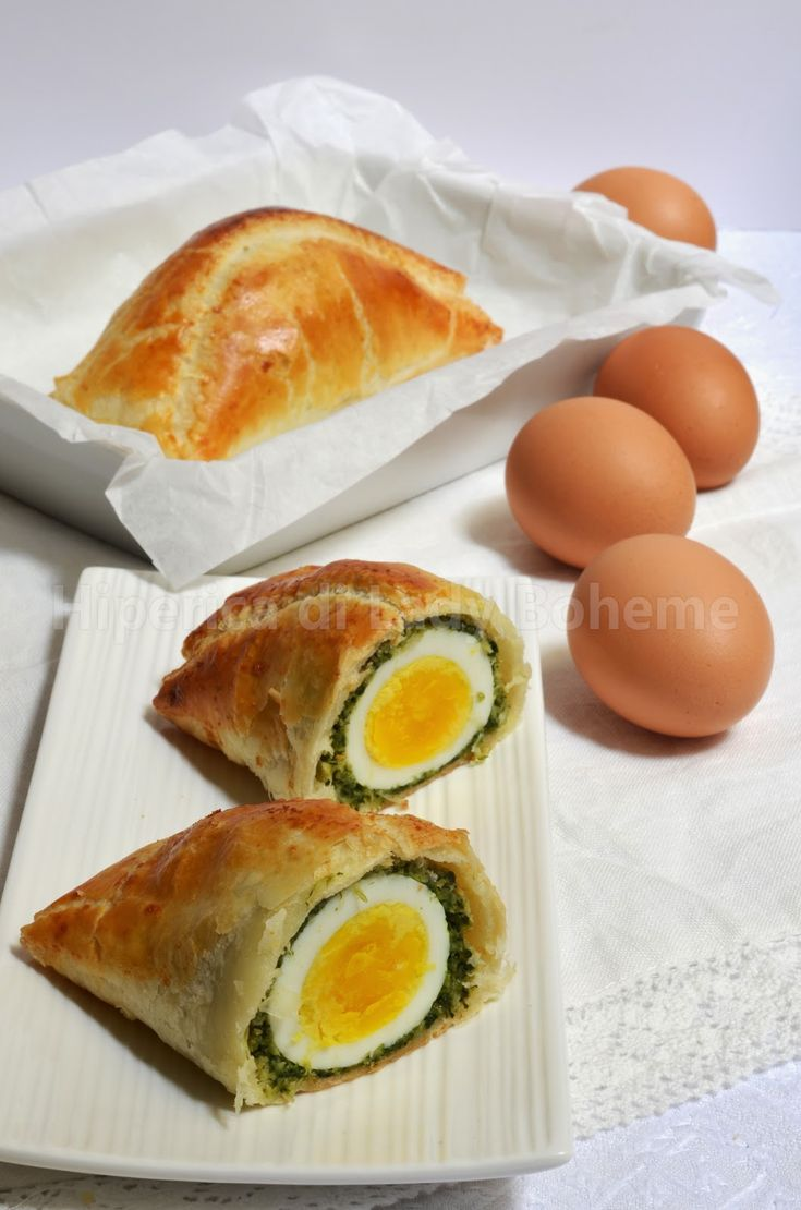 ITALIAN FOOD - Torta Pasqualina formato monoporzione, con pasta sfoglia, uova sode, bietola e pecorino primosale. (Easter cake with puff pastry, boiled eggs, swiss chard and pecorino cheese).