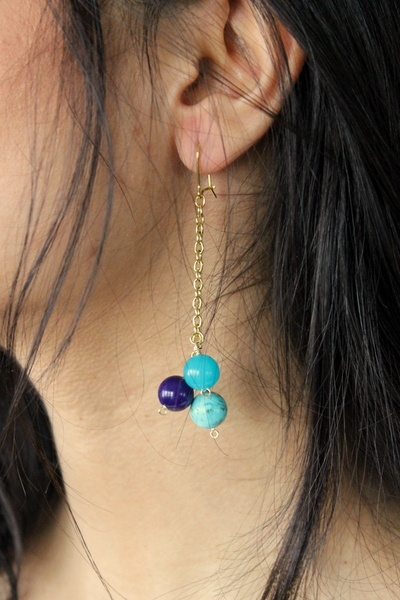 Dangling earring with blue beads on golden chain