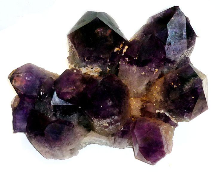 """Egy """"kétszínű"""" ásvány: ametrin kristálycsoport Peruból. E kvarcváltozat kristályainak egyes zónái lila, mások sárga színűek. Ezt tükrözi az ametiszt és a citrin változatnevekből """"összeoperált"""" neve is."""