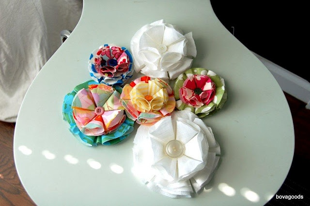 DIY Fabric Flower tutorial.: Crafts Ideas, Diy'S, Fabric Flowers, Crafty Chick, Diy Fabrics, Diy Tutorials, Fabrics Flowers Tutorials, Baby Girls, I Spy