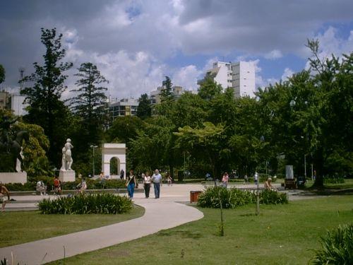 Este domingo se realizará una visita guiada recordando la presencia de poetas e intelectuales del barrio, el Parque Rivadavia y las leyendas que se tejen en sus senderos