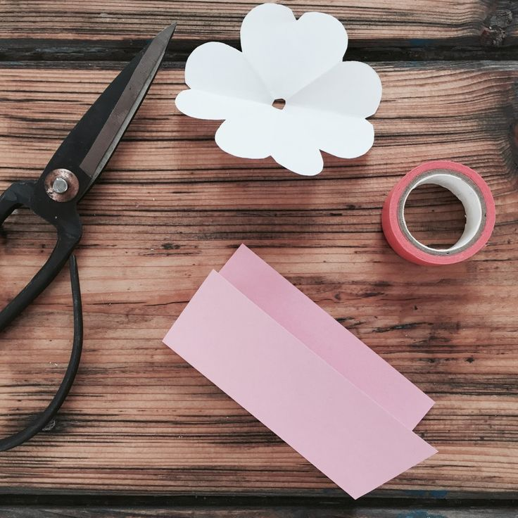 DIY: Zarte Papierblume aus Notizzettel. Edel in weiß auch in der Maxi - Variante. Mehr im Blog: blog.anjiko.com, Anja Krause Anjiko Paper Flower Quick and easy. DIY, Papierblume, Frühling, basteln, schnell, Papier, Blüte, Tipp, Basteltipp, Easy, Postit, Notizzettel, Blume aus Notizzettel, Dekoration, weiß, white, easy, interior, Einrichten