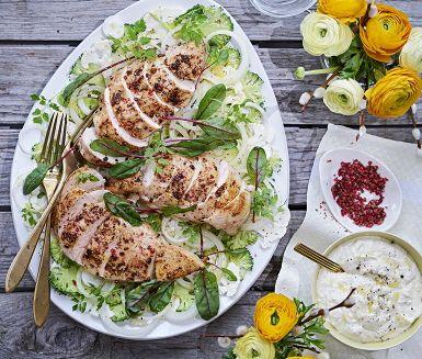 Recept: Rosépepparstekt kyckling med blomkåls- och broccolisallad