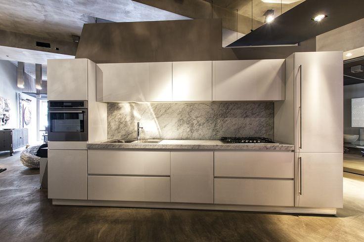 Cucina con top in marmo di Carrara, finitura ABS opaco bianco, lunghezza m. 3,90, completa di tutti gli elettrodomestici in esposizione presso lo Spazio Ikonos.