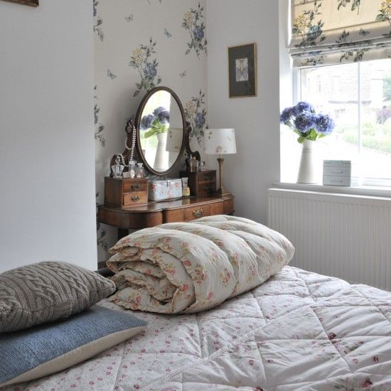 Like the wallpapered alcove, cable cushion and windowledge jug...
