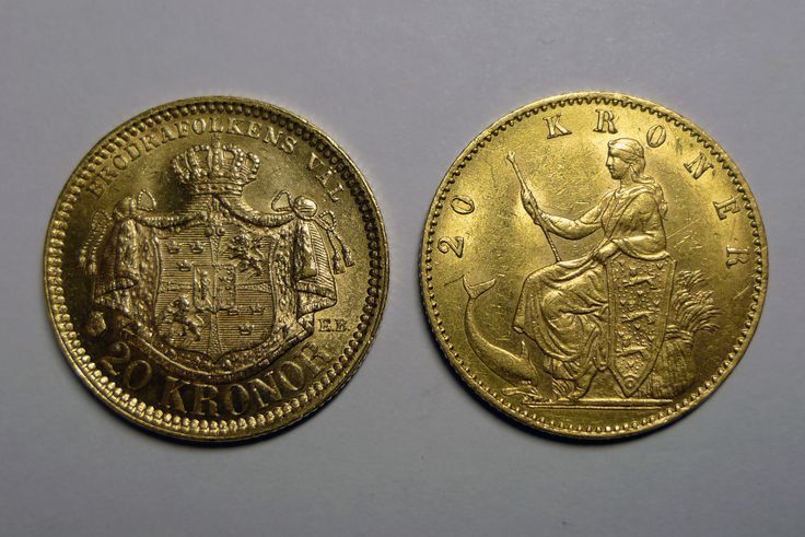 Two golden 20 kr coins from the Scandinavian Monetary Union, which was based on a gold standard. The coin to the left is Swedish and the right one is Danish.