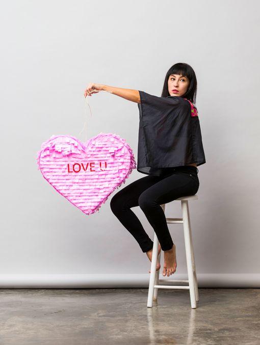 Piñata en forma de corazón con texto: LOVE U. Rellénala con tus productos favoritos de UNELEFANTE y envíala como regalo o utilízala para decoración o piñata para romper en tu evento.   Incluye:   - Piñata de papel - Carta para personalizar - Caja gigante UNELEFANTE