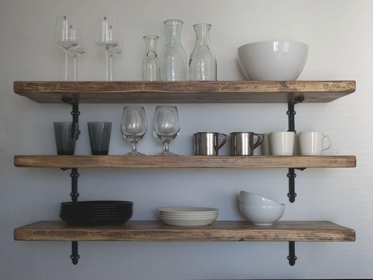 Rustiikkiset lankkuhyllyt keittiöön Romuritarista. Rustic plank shelves in kitchen made by romuritari.