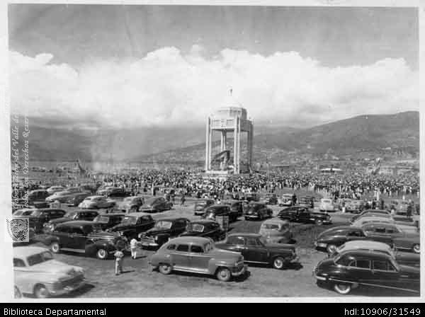 Congreso Eucarístico Bolivariano, El Templete. Alrededor los automóviles clásicos de la Época. Santiago de Cali, 1948.Biblioteca Departamental Jorge Garces Borrero y COLEGIO BERCHMANS.