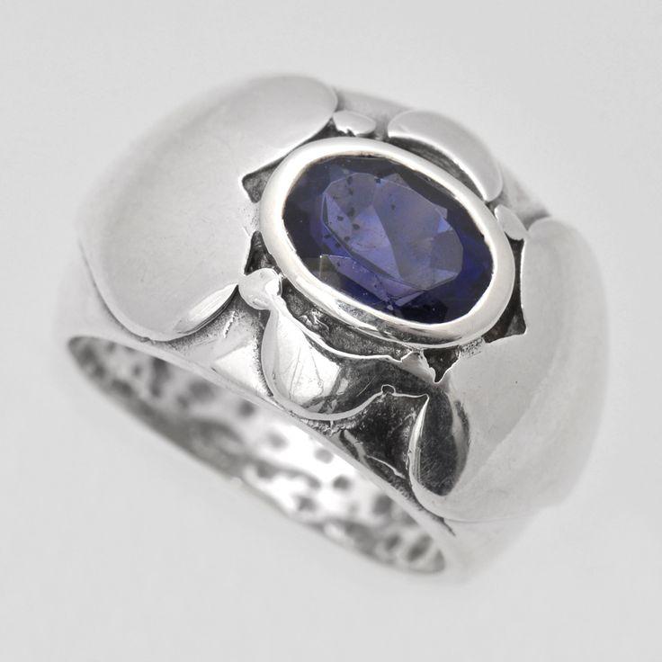 Inel din argint cu iolit fațetat, realizat cu ornament romantic în formă de inimioare.