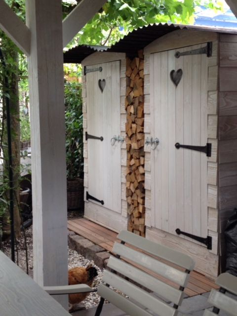 Dubbele tuinkast met houtopslag, gebeitst met Taupe white. Prijs € 550.-