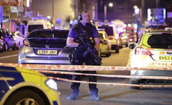 Dodávka v Londýně najela u mešity do lidí: Z auta vystoupil muž a začal útočit