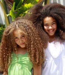 L'entretien des cheveux frisés ou crépus est un casse-tête. Mamans de petits bouts black et métisses, découvrez les quelques règles à suivre pour soigner les cheveux de vos enfants.