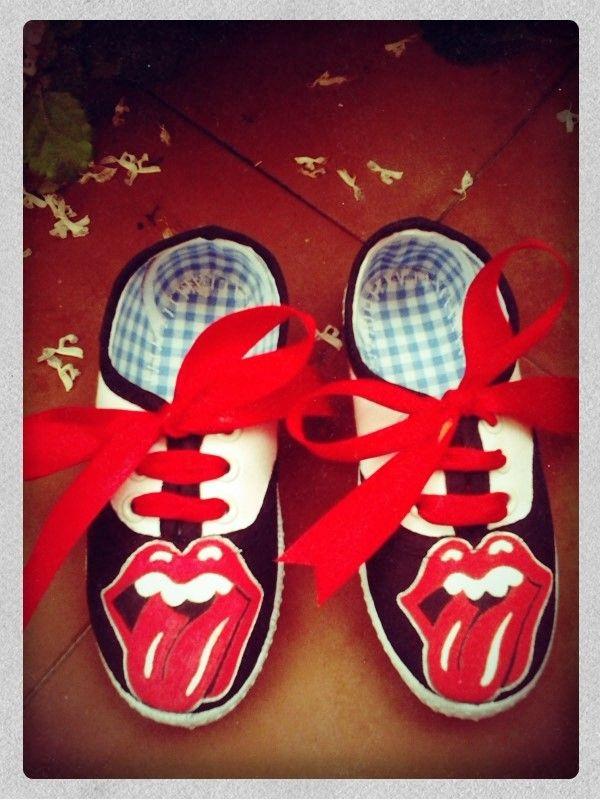 Zapatillas pintadas The Rolling Stones Detalle: logo del grupo, nombre en la parte de detrás y lazos rojos por cordones http://www.youtube.com/watch?v=3a7cHPy04s8