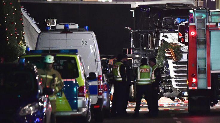 © John Macdougall Source: AFP - Des officiers de police inspectent le camion qui a foncé sur un marché de Noël à Berlin le 19 décembre 2016