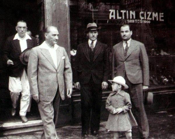 Atatürk İstanbul - Sirkeci Bahçekapı-da ayakkabılarını yaptırdığı Altın Çizme-den çıkarken, 5 Eylül 1934.