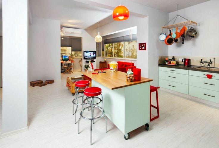 מטבח בצבע פיסטוק לא שגרתי, בשילוב משטח בוצ'ר אלון ושיש שוקולד