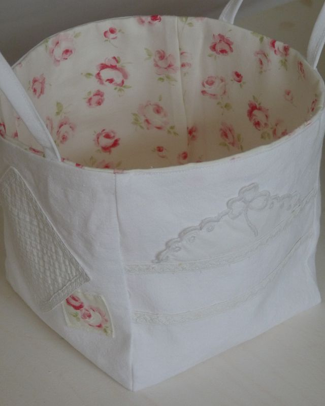 Make your own tote or storage bag with fabric. Even though the tutorial is in French the pictures are easy to follow.