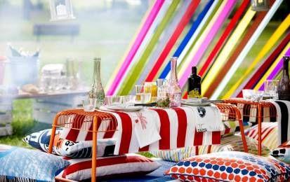 Ikea estate 2016 - Lo spirito della collezione IKEA Estate 2016, già in vendita da marzo, è pensato per chi vuole allestire, anche in città, un piccolo angolo di paradiso. Questa linea è dedicata alla vita all'aria aperta in tutte le sue forme più fantasiose. Nel catalogo sono presenti mobili da esterno in legno, panche, sgabelli, tovaglie colorate, piatti e bicchieri per trasformare il cortile o il terrazzo di casa nel miglior ristorante della città. Inoltre, ci sono anche tanti cuscini…
