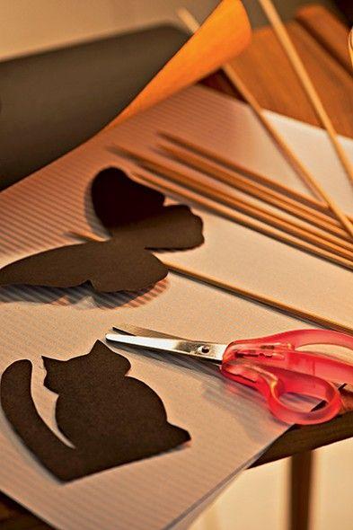 Ideal para uma festa do pijama, as imagens feitas de papel-cartão e coladas em palitos são os personagens perfeitos para um teatro de sombras
