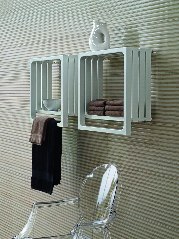 TUBES - MONTECARLO - Radiátor Montecarlo zastává nejen funkci ohřevnou, ale také slouží jako praktická police k odkládání toaletních potřeb. Design: Peter Jamieson