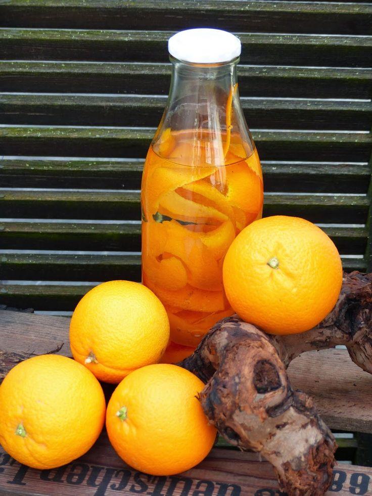 Hallo Fenster der Welt.    Mein Vorrat von meinem köstlichen Orangenöl ist zu ende gegangen. Heute habe ich wieder einen Ansatz gemacht. I...