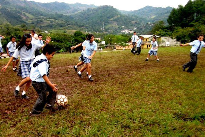 Las escuelas privadas tienen equipos de voleibol, tenis, fútbol, y beisbol también.  Aunque las escuelas tienen muchos equipos, las escuelas no tienen equipos para las chicas. El mayor número de las mujeres no juegan los deportes. Las escuelas privadas tienen equipos del baloncesto solo por los chicos. En este foto, los niños de un escuela privadas juegan fútbol.  En este escuela,  los niñas juegan los deportes también.