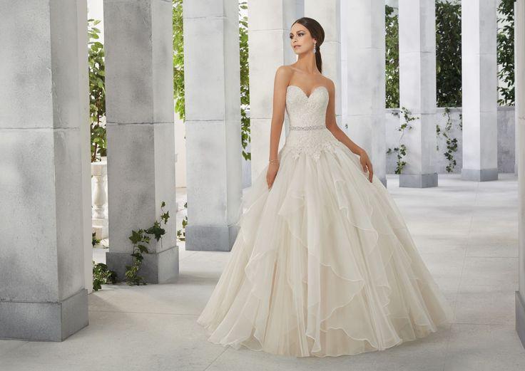FEDE Romantyczna sukni z koronkowym gorsetem i falbanami Madeline Gardner Nowoczesne falbany z organzy, dodają lekkości, natomiast koronkowy gorset, z …