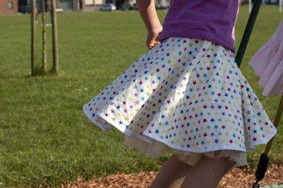 Foto en kind: Vermiljoen   Cirkelrokken zijn leuk én makkelijk om helemaal zelf te maken, van stuk papier tot een echte rok. Zonder patroon...