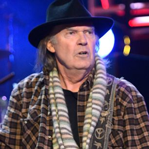 "Neil Young Debuts New Song at 300-Seat Club in Boston    ""I WANNA DRIVE MY CAR""  OH YEA... Sumpt`in ""BOUT THIS GUY!"" hmmmm<3    forever seems???  Please enjoy or not  :)..."