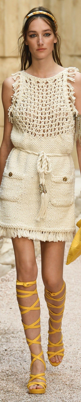 Chanel Cruise 2018 ✳✳✳ Adelantemos a la próxima temporada con este ideal traje inspirado en la Antigua Grecia y que nos dará un estupendo estilo en nuestro Look