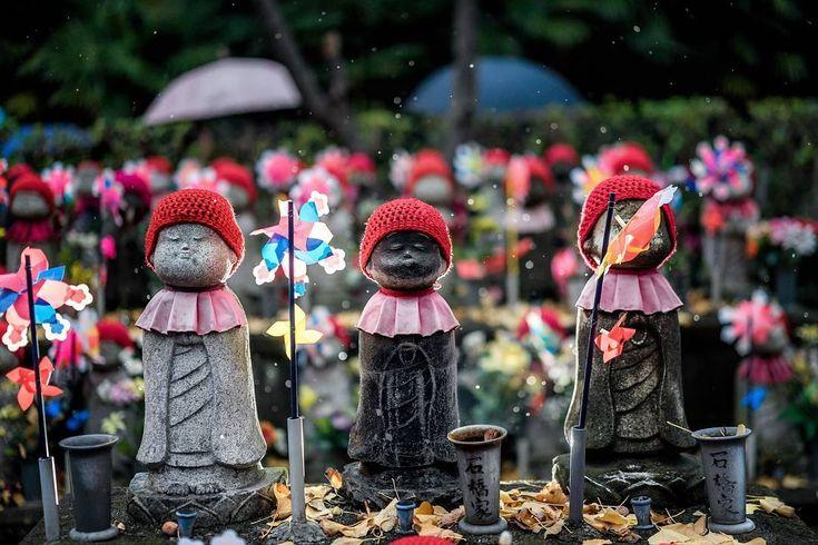 .  .  第3回✴入選『傘と地蔵』  .  🌏東京都港区 増上寺  📷山岡 智亙  .  撮影者様コメント  「雨の中のお地蔵さんは、可愛い帽子で雨を凌いでいました。  後ろを通る人並みの傘は流れますが、お地蔵さんに捧げる人は流石にいないようでした。」  .  #HELLO_STONE_PROJECT  #HSP  #関ヶ原石材  #石のある生活フォトコンテスト  #フォトコンテスト #フォトコン  #石 #stone #石好き  #東京カメラ部 #tokyocameraclub   #ファインダー越しの私の世界  #カメラ好きな人と繋がりたい  #写真好きな人と繋がりたい  #カメラ部  #日本 #東京 #増上寺  #japan #lovers_nippon   #igersjp #instagramjapan #pics_jp  #地蔵 #お地蔵さん #雨 #傘 #風車 #すまし顔