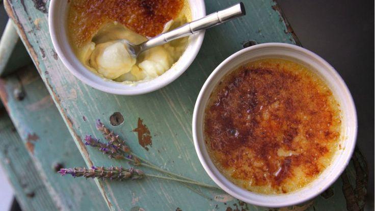Prepara una crème brûlée a la lavanda