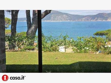 - ISOLA D'ELBA _ PORTOFERRAIO Importante villa di nuova costruzione situata in posizione particolarmente prestigiosa a pochi metri dalla spiaggia di Capo Bianco con vista panoramica del mare dal piano terra all'ultimo piano sia sul fronte che sul retro dell'immobile, unica nel suo genere.