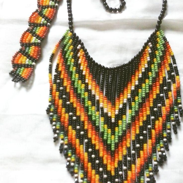 Collar hecho con Chaquiras checas, forma geométrica, y colores nativos de indígenas Embera Katio, Córdoba, Colombia