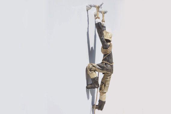 Ice Climber Skulptur. OOAK Abbildung aus Draht & Papier Pappmache hergestellt. Originelle und einzigartige Geschenkidee für Kletterer, Bergsteiger, Alpinist.