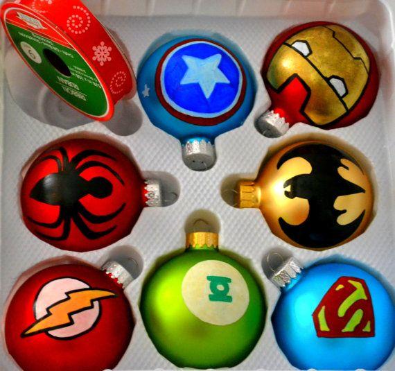 Machen Sie Ihre kleinen Superhelden verrückte Ventilatoren schnappen in Überraschung Weihnachten mit dieser adorable HAND PAINTED Satz von Superhelden-Logos.  Empfohlene Ornamente ---------------------------------- Batman Spinne Mann Super Mann Grüne Laterne Hulk Blitz Captain America Eisenmann Vielfraß Thor Ant-man  Nicht zu vergessen die super Mädchen!  Wonder Woman Fledermaus-Mädchen Katze weiblich Spinne-Mädchen  Hinweis: Anzahl der Ornamente als 1 auswählen würde nur eine Spielerei und…