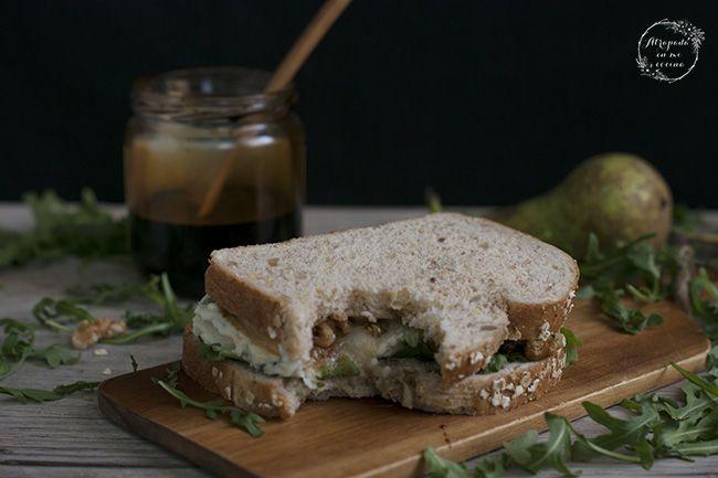Sandwich de rúcula; queso gorgonzola, pera, nueces y miel de caña